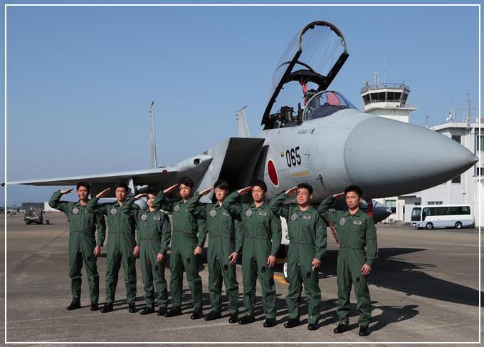 自衛隊戦闘機操縦士の写真