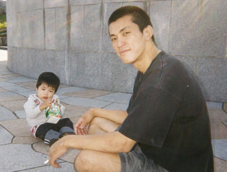 小さいころの堀米雄斗さんと父親