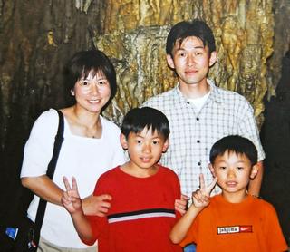 幼少期の嘉村健士さんと家族