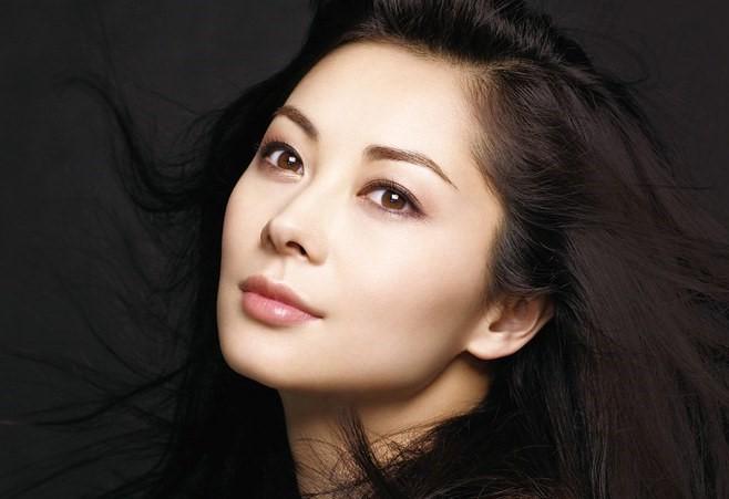 化粧品広告の伊東美咲さん